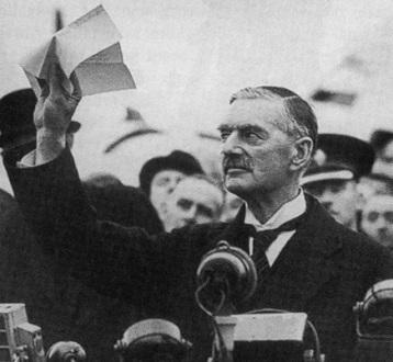 Чемберлен прилетел в Лондон после Мюнхена: 'Я привез вам мир'